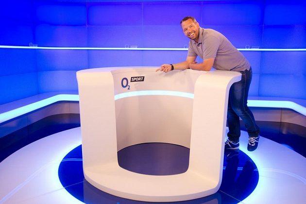 Fotbalový expert Pavel Horváth ve studiu nového kanálu O2 Sport v pražské O2 Areně.