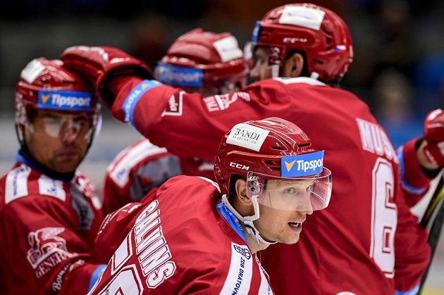 Střelec gólu Guntis Galvinš (uprostřed) oslavuje se spoluhráči z Třince.