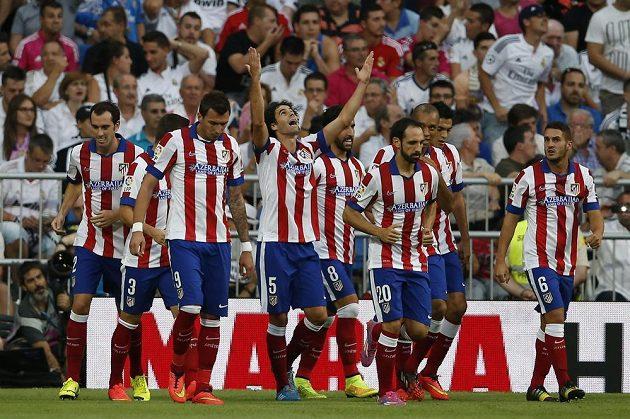 Fotbalisté Atlétika Madrid slaví gól Tiaga (5) na Santiago Bernabéu proti městskému rivalovi Realu.