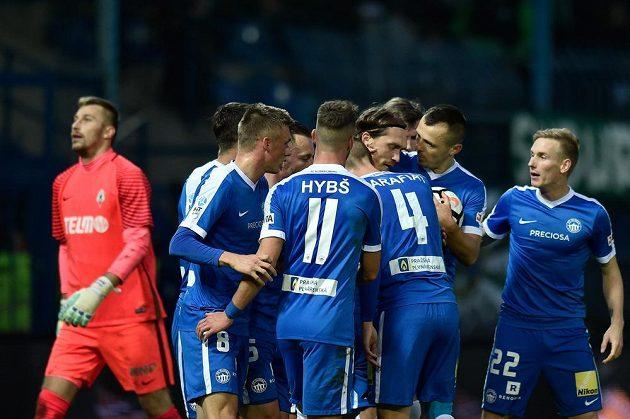 Hráči Liberce se radují z vyrovnávacího gólu Milana Kerbra. Vlevo jablonecký brankář Michal Bárta.