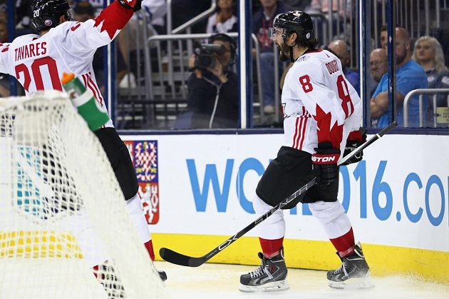Radost hokejistů Kanady Drewa Doughtyho (8) a Johna Tavarese (20) po vstřelení kontaktního gólu do sítě USA.