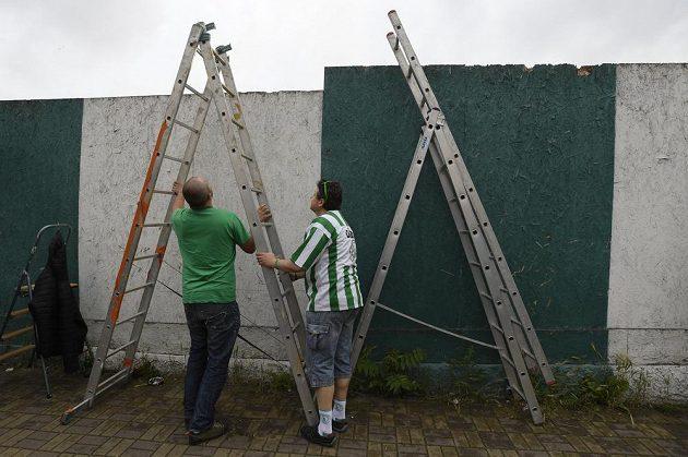 Fanoušci si připravují štafle, aby mohli sledovat zápas v Ďolíčku.