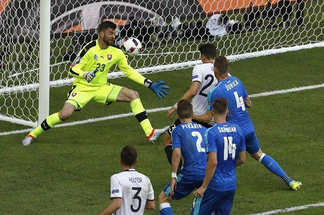 Němec Mario Gómez překonává slovenkého gólmana Matúše Kozáčika.