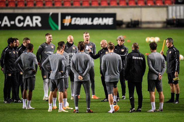 Trenér Leverkusenu Peter Bosz a jeho svěřenci během předzápasového tréninku před utkáním základní skupiny Evropské ligy se Slavií