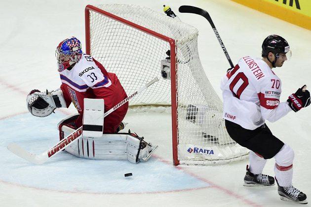 Český brankář Pavel Francouz inkasuje gól z hole švýcarského útočníka Denise Hollensteina v zápase MS.