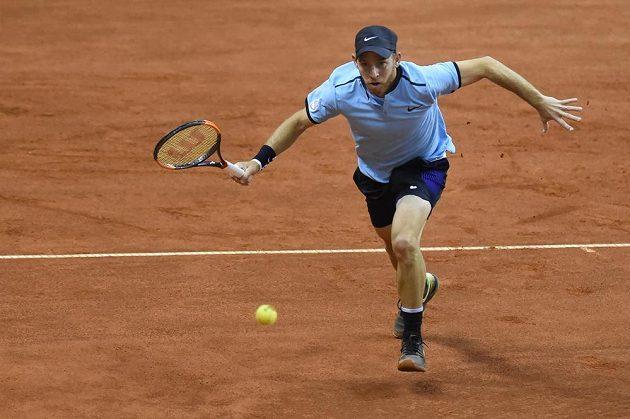 Izraelský tenista Dudi Sela dobíhá kraťas.