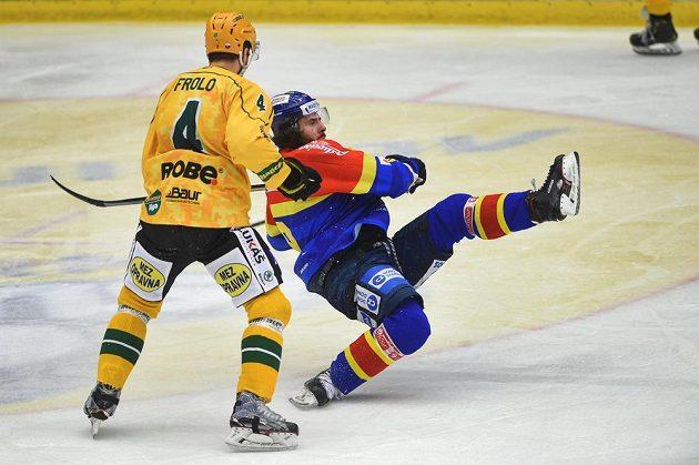 Tomáš Frolo ze Vsetína a Lukáš Endál z Budějovic v akci během semifinále play off první ligy.