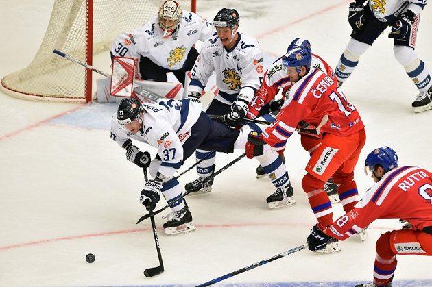 Fin Mika Pyörälä zachraňuje situaci před brankářem Harrim Säterim. Češi Roman Červenka a Jan Rutta se neprosadili.