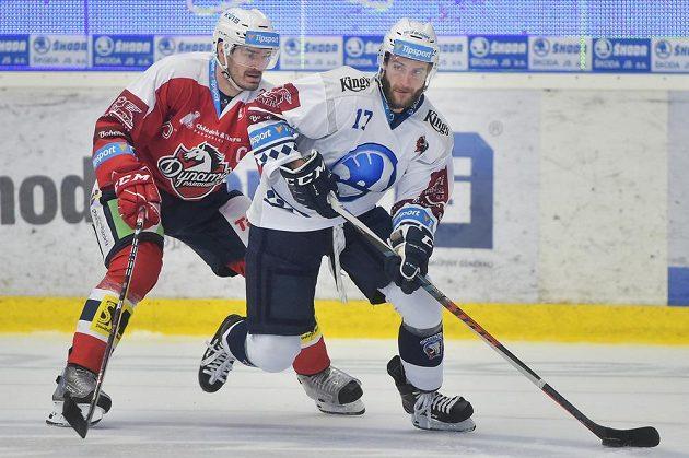 Jan Kolář z Pardubic a Jan Eberle z Plzně v akci během extraligového utkání.