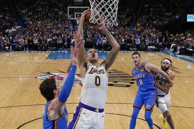 Forward Lakers Kyle Kuzma (uprostřed) střílí koš proti Oklahomě.