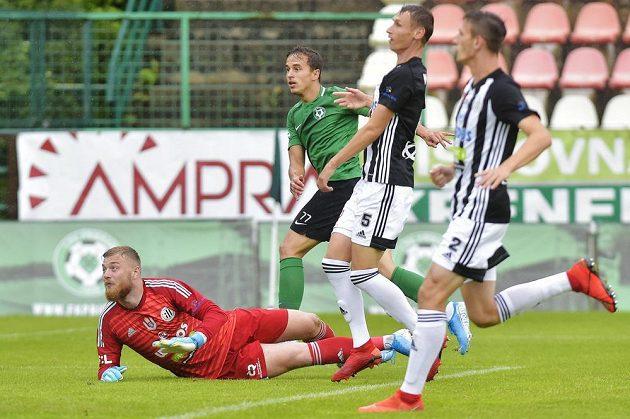 Příbramský fotbalista Marko Alvir (druhý zleva) střílí vedoucí branku do sítě Českých Budějovic.