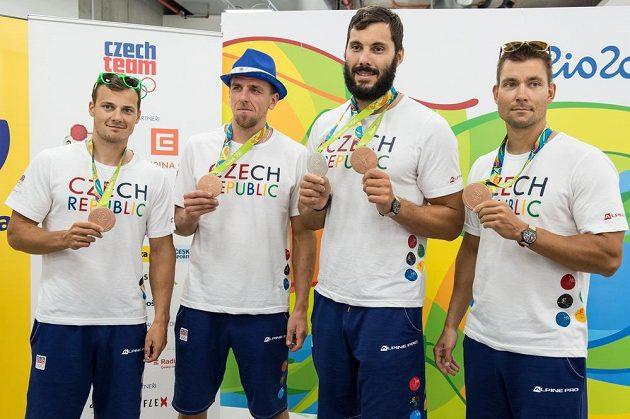 Členové čtyřkajaku ve složení (zleva): Daniel Havel, Lukáš Trefil, Josef Dostál a Jan Štěrba s bronzovými medailemi z LOH 2016 z brazilského Rio de Janeira.