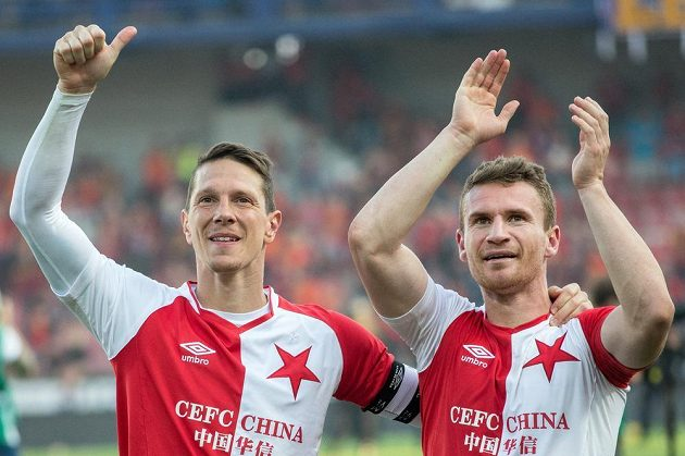 Fotbalisté Slavie Praha Jiří Bílek (vlevo) a Muris Mešanovič se na Letné radují po vítězství nad Spartou.