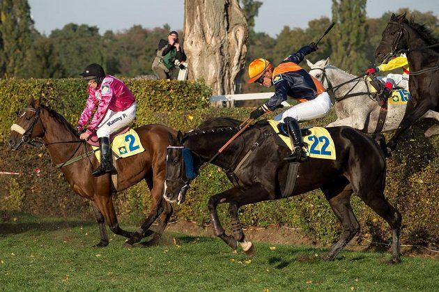 Žokej Pavel Kašný na koni Rebelino (vlevo) a žokej Jordan Duchene na koni Pasquini Rouge překonávají taxis.