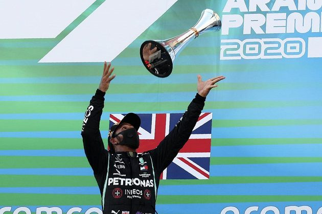 Pilot mercedesu Lewis Hamilton s trofejí pro vítěze Velké ceny Španělska.