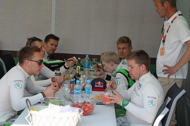 Posádky týmu Škoda Motorsport při obědě během Argentinské rallye.