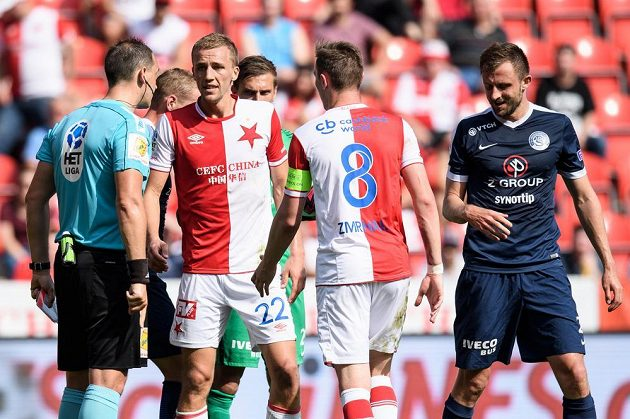 Tomáš Souček ze Slavie diskutuje s rozhodčím Pavlem Julínkem během utkání se Slováckem.
