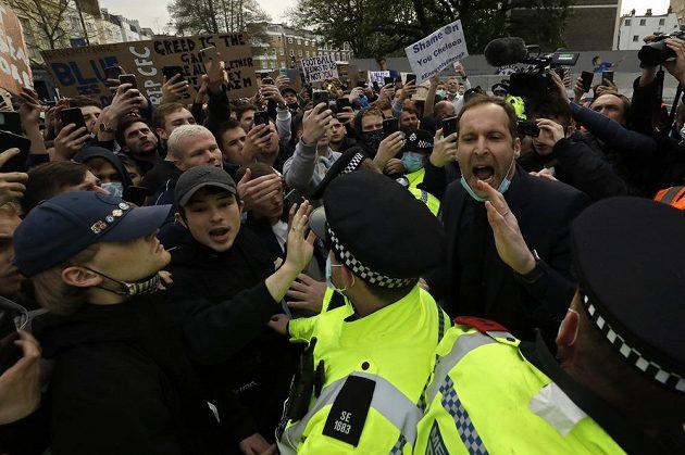 Technický ředitel Chelsea přesvědčuje fanoušky, aby pustili klubový autobus na stadion