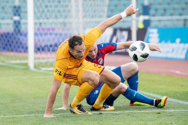Jakub Podaný (vlevo) z Dukly Praha a Michael Krmenčík z Viktorie Plzeň během utkání 1. kola ligy.