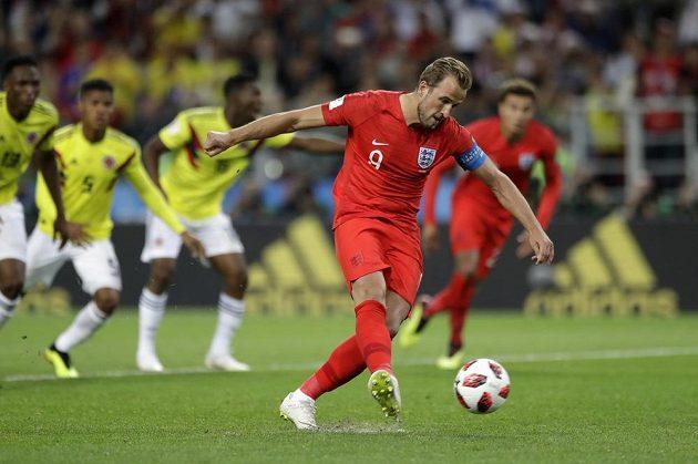 Kapitán anglického týmu Harry Kane proměňuje penaltu v osmifinále MS proti Kolumbii.