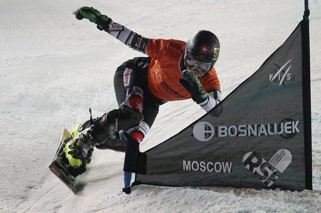 Česká snowboardistka Ester Ledecká na trati paralelního slalomu v Moskvě.