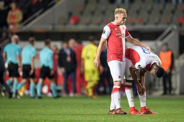 Fotbalisté Slavie Praha Mick van Buren (vlevo) a Simon Deli vstřebávají zklamání po porážce od Villarrealu.