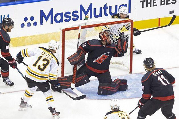 Střelec Bostonu Bruins Charlie Coyle (13) dává gól Petru Mrázkovi v brance Caroliny Hurricanes.