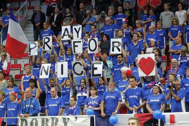 Francouzští fanoušci reagují na teroristický útok v Nice.
