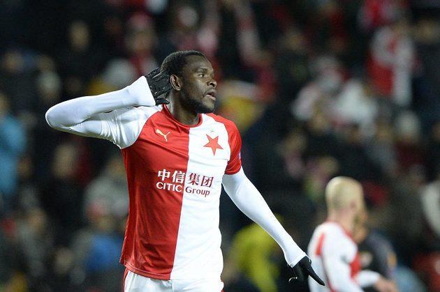 Střelec úvodního gólu utkání Michael Ngadeu Ngadjui se raduje z branky