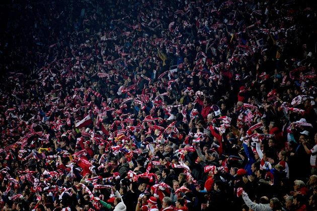 Fanoušci Slavie Praha během utkání s Barcelonou.