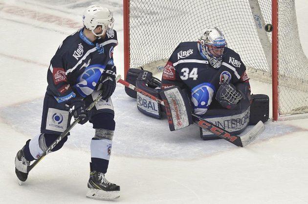 Plzeňský hokejista Peter Čerešňák a brankář Plzně Dominik Frodl.