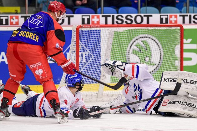 Tomáš Vincour z Hradce Králové, Tim Stützle z Mannheimu a brankář Mannheimu Johan Gustafsson během osmifinále play off hokejové Ligy mistrů.