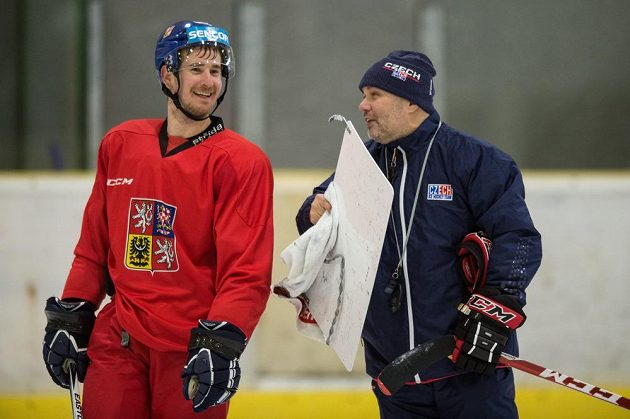 Útočník Roman Červenka a asistent trenéra Jiří Kalous během tréninku na kempu hokejové reprezentace.