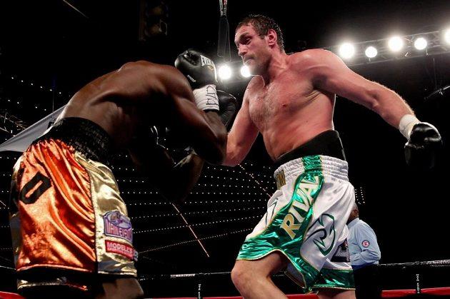 Tyson Fury (vpravo) v utkání se Stevem Cunninghamem.