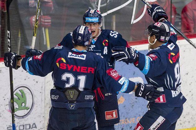 Martin Ševc (uprostřed) z Liberce oslavuje svůj gól proti Hradci.