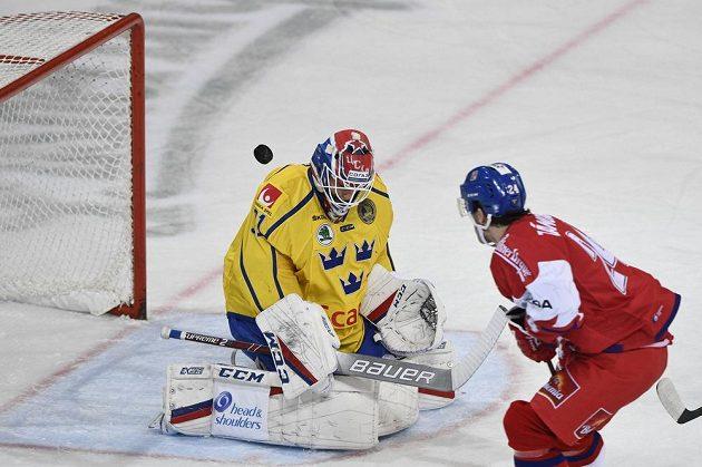 Český obránce Petr Zámorský překonává Larse Johanssona v brance švédského týmu.