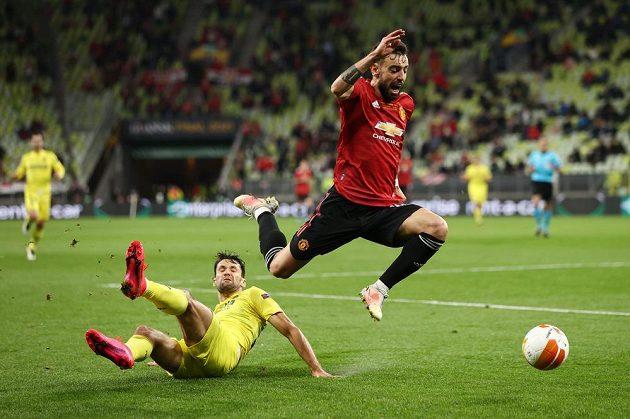 Fotbalista Manchesteru United Bruno Fernandes v akci, zastavit se jej snaží Alfonso Pedroza z Villarrealu.