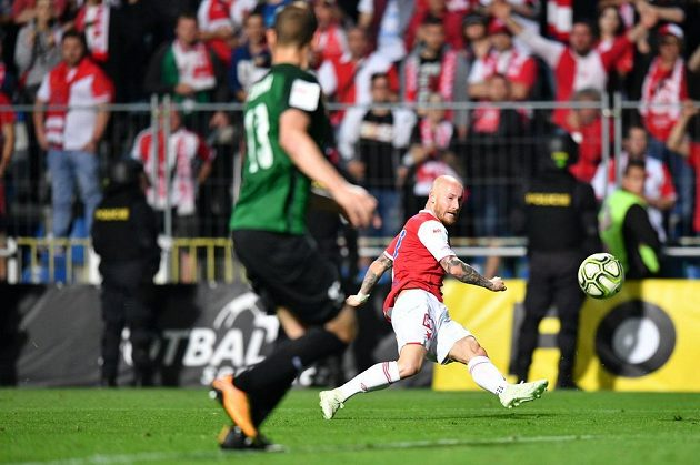 Slávista Miroslav Stoch střílí ve finále poháru proti jablonci třetí gól.