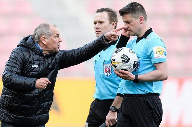 Trenér Jablonce Petr Rada hovoří s rozhodčím Zbyňkem Proskem po utkání čtvrtfinále MOL Cupu.