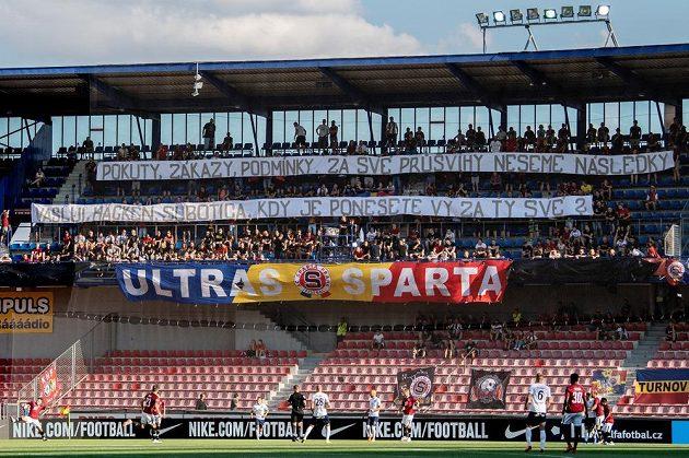 Fanoušci Sparty a jejich vzkaz během utkání proti Slovácku.