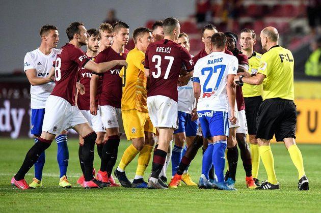 Emoce na konci zápasu. Milan Baroš z Baníku Ostrava v obležení hráčů Sparty.