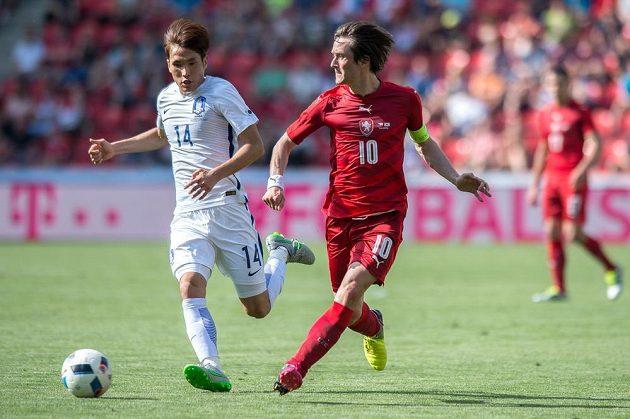 Český záložník Tomáš Rosický (vpravo) přihrává před zraky Korejce Han Kook-younga.