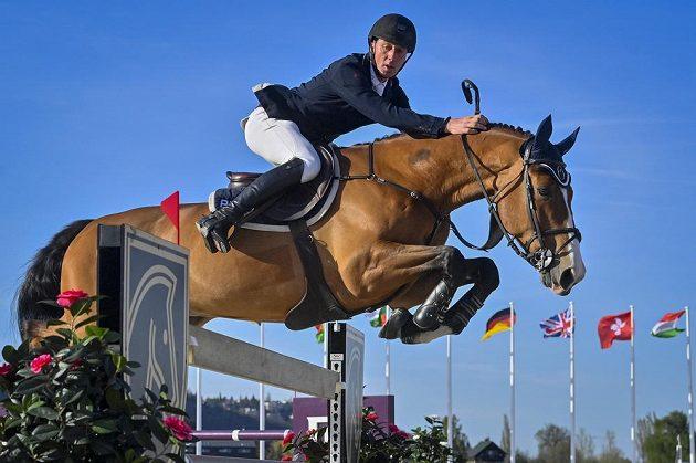 Nizozemský parkurový jezdec Jur Vrieling s koněm Fiumicino van de Kalevallei během nedělní Grand Prix v Chuchli.