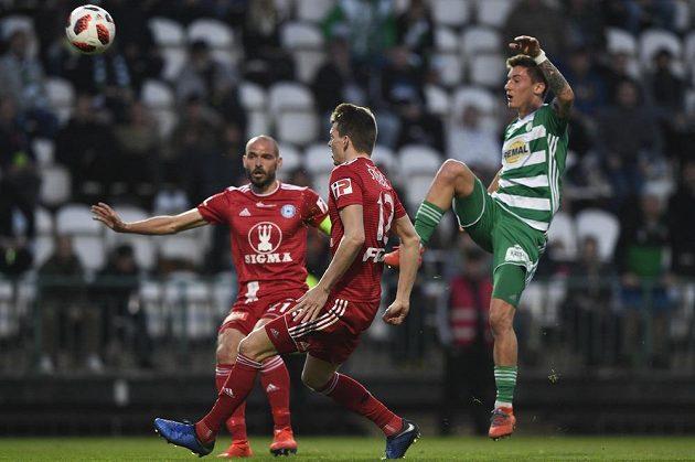 Antonín Vaníček (vpravo) z Bohemians střílí gól ve čtvrtfinále MOL Cupu. Zleva přihlížejí olomoučtí Michal Vepřek a Jan Štěrba.