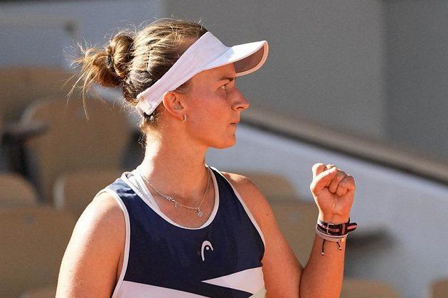 Barbora Krejčíková slaví vítězný míč