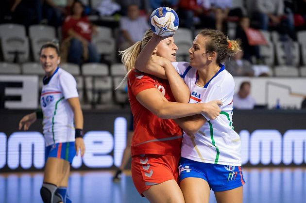 Česká házenkářka Helena Štěrbová (uprostřed) a Anika Niederwieserová z Itálie během kvalifikace ME 2016.