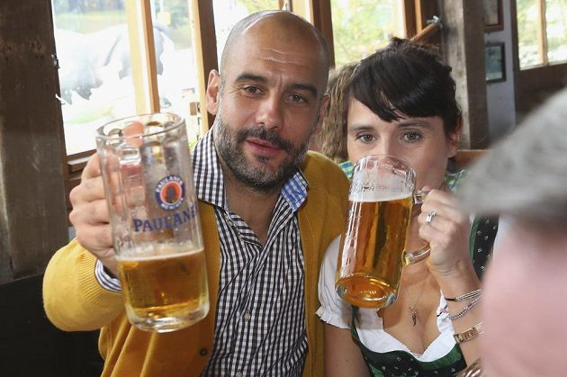 Kouč Bayernu Mnichov Pep Guardiola s manželkou Cristinou vychutnává pivo na Oktoberfestu.