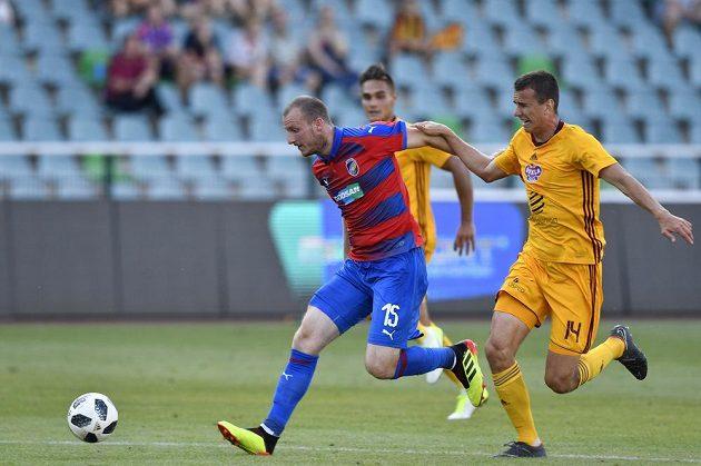 Michael Krmenčík (vlevo) v závěru první půle unikl Ivanu Ostojičovi z Dukly, gólem ale jeho akce neskončila.