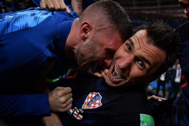 Joooooo! Obrovská radost Maria Mandžukiče z gólu na 2:1. Elitnímu útočníkovi vůbec nevadilo, že ho povalil spoluhráč.