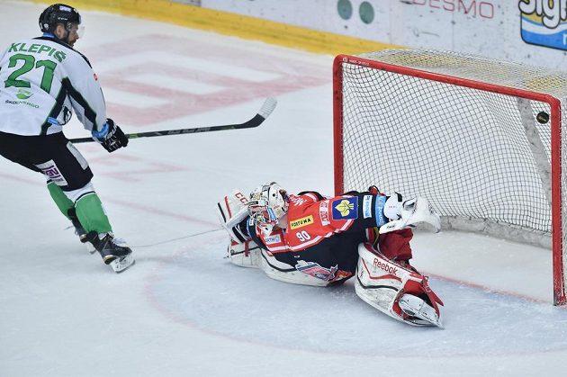 Jakub Klepiš z Boleslavi překonává hradeckého gólmana Ondřeje Kacetla a střílí rozhodující gól v samostatných nájezdech.